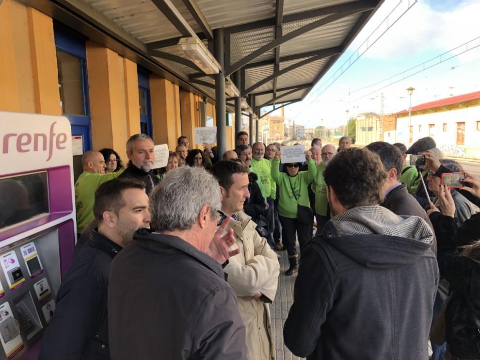 Un grupo de vecinos con camisetas verdes alusivas a la reivindicación ferroviaria han acudido a escuchar las explicaciones del director general de Transportes de la DGA y del alcalde de Monzón.