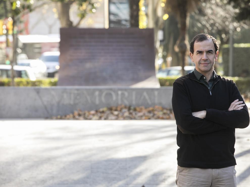 Camilo Villarino (Zaragoza, 1964), ayer en el monumento de las víctimas del Yak en el paseo de la Constitución.