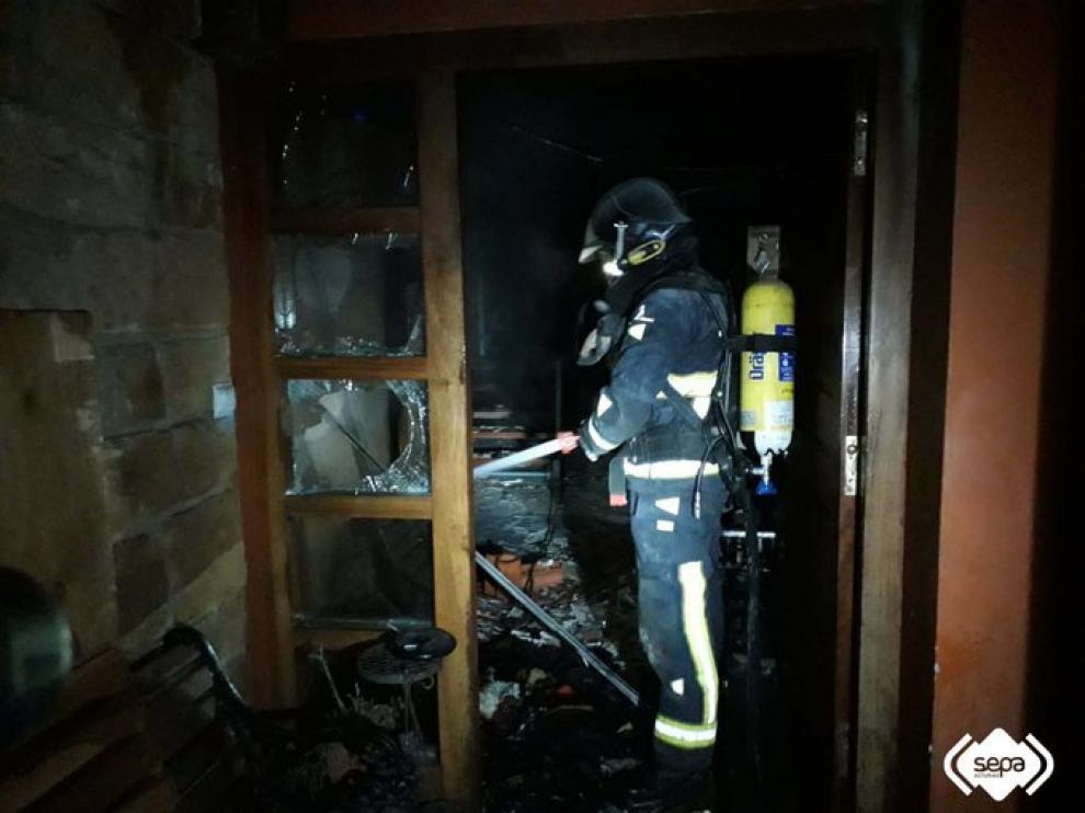 Muere una nonagenaria en el incendio de una vivienda en Villaviciosa.