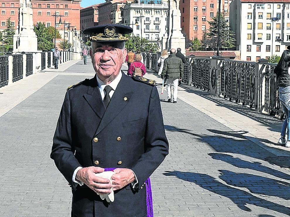 Fernando Hué, vestido como su abuelo, en el Viaducto de Teruel.