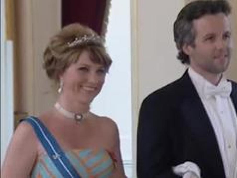 La familia de Ari Behn, el exmarido de Marta Luisa de Noruega ha anunciado su muerte por suicidio. Behn sufrió problemas mentales tras su divorcio de la princesa en 2016, como relató en su último libro publicado bajo el título 'Infierno'. En un comunicado, los reyes Harald y Sonia de Noruega han destacado que guardan un cálido y afectuoso recuerdo de Ari Behn, su exyerno al que se refieren como un gran padre.