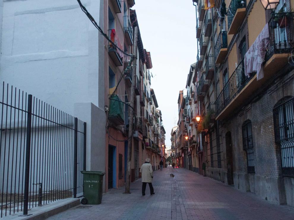 Los hechos se produjeron en el número 76 de la calle de Pignatelli, primer edificio a la izquierda.