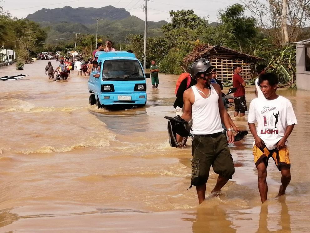 Estragos del tifón en una carretera del país