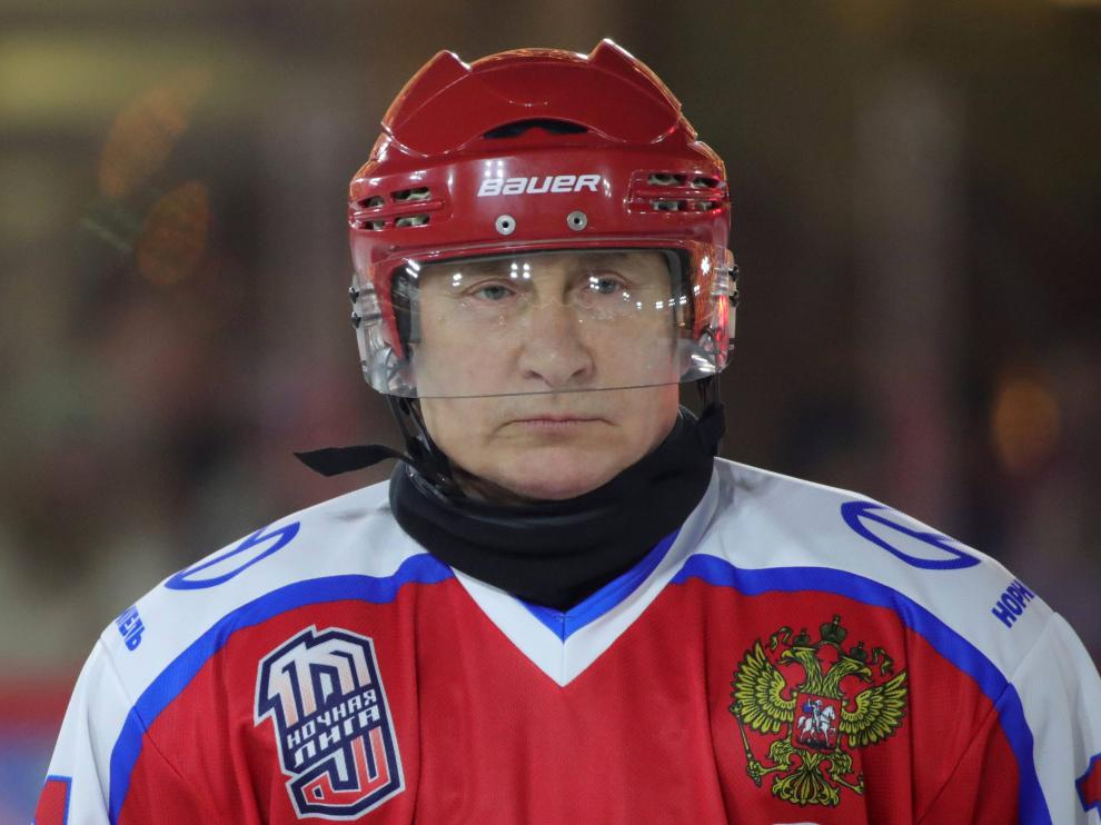 Russian President Vladimir Putin takes part in an exhibition game of the Night Hockey League at an ice rink on Red Square in Moscow, Russia December 25, 2019. Sputnik/Mikhail Klimentyev/Sputnik via REUTERS ATTENTION EDITORS - THIS IMAGE WAS PROVIDED BY A THIRD PARTY [[[REUTERS VOCENTO]]]