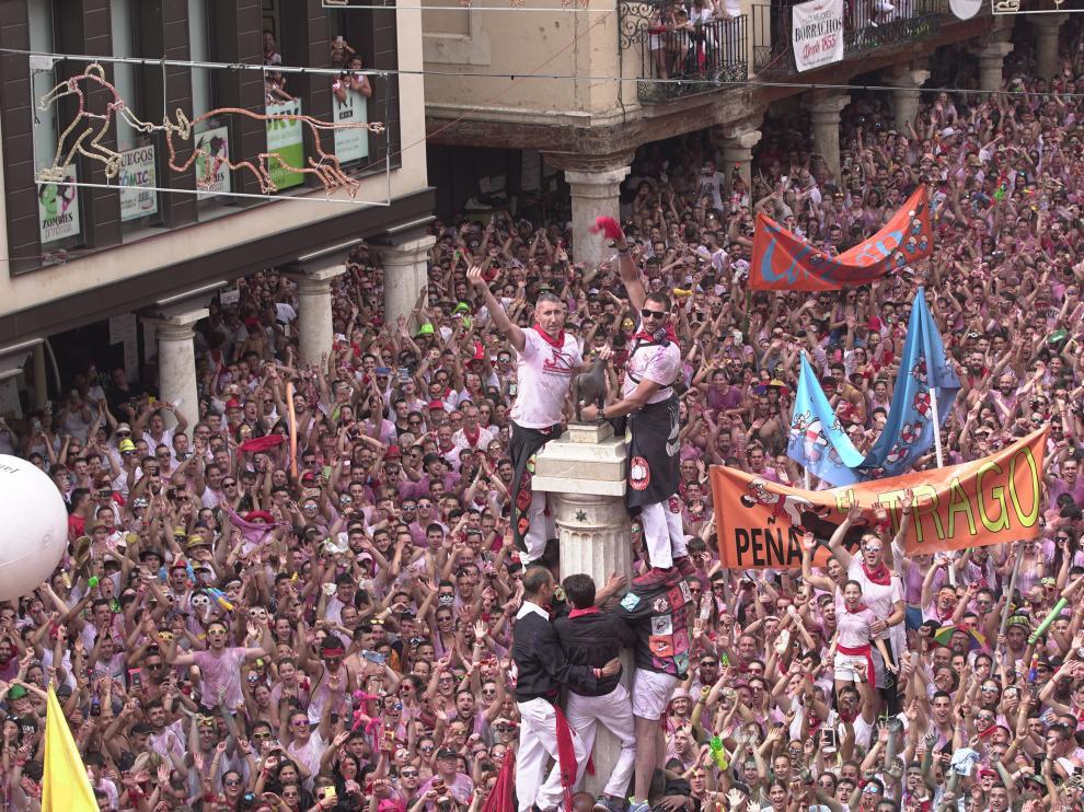 Puesta del pañuelico al torico de Teruel que da inicioa las fiestas de la vaquilla