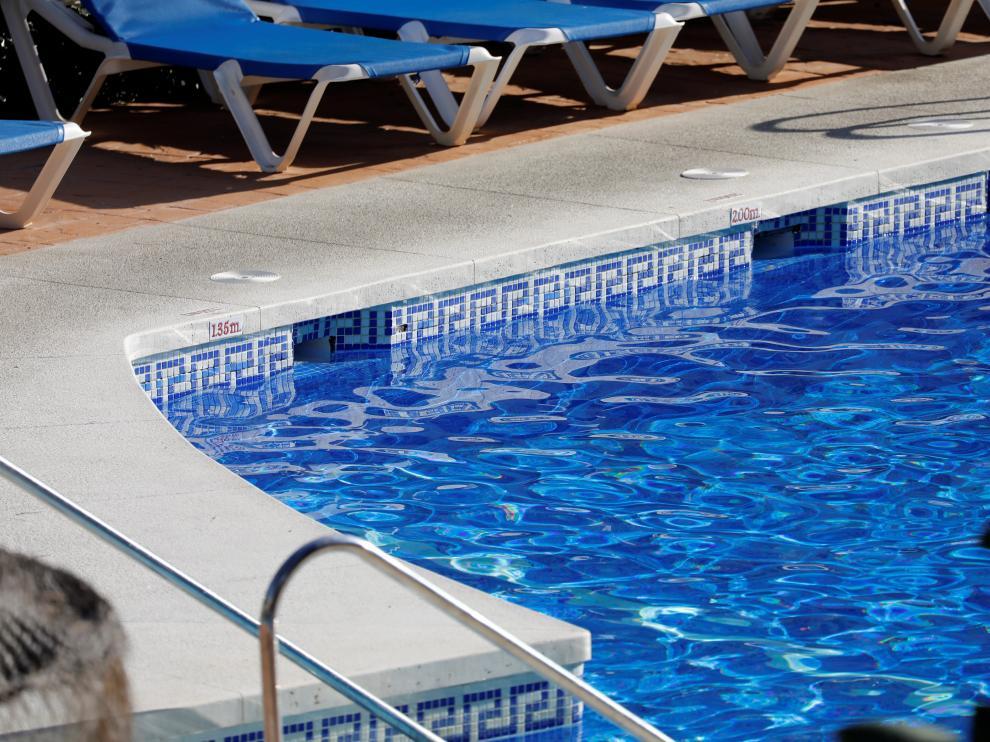 Una vista de la piscina donde fallecieron este martes tres miembros de una familia británica en Mijas.
