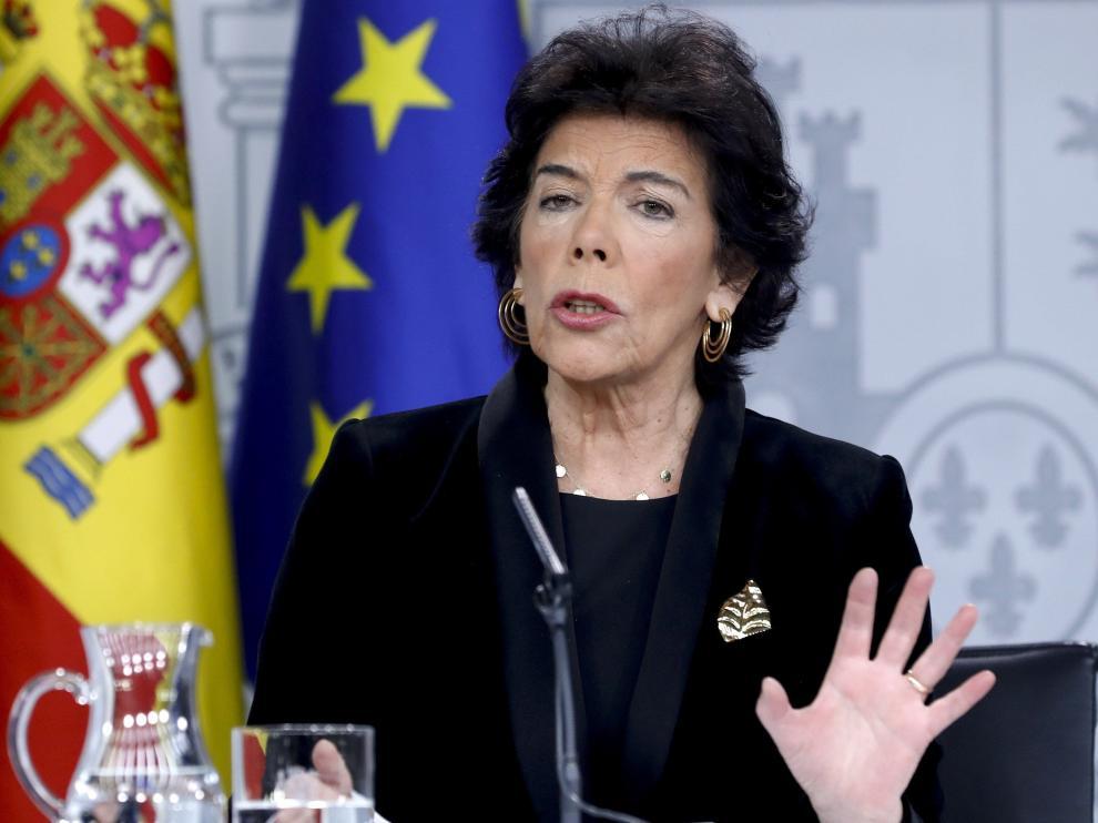 La portavoz del Gobierno, Isabel Celaá, durante la rueda de prensa en la que anunció la congelación de las pensiones.