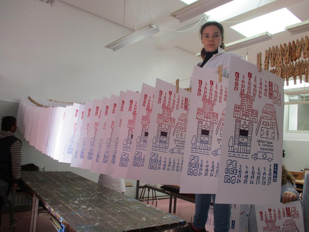 Los calendarios del Gloria Fuertes, colgados para secarse.