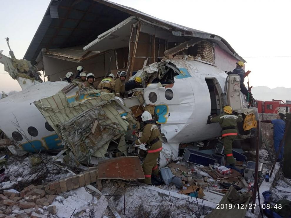 Emergency and security personnel are seen at the site of the plane crash near Almaty, Kazakhstan, December 27, 2019. Emergency Committee of Ministry of Internal Affairs of Kazakhstan/Handout via REUTERS ATTENTION EDITORS - THIS IMAGE WAS PROVIDED BY A THIRD PARTY. NO RESALES. NO ARCHIVES. PICTURE TIMESTAMP IS WATERMARKED FROM SOURCE [[[REUTERS VOCENTO]]]
