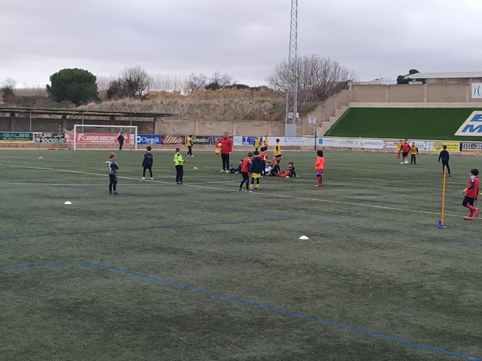 Medio centenar de niños disfrutan del fútbol con el campus navideño de la SD Tarazona.