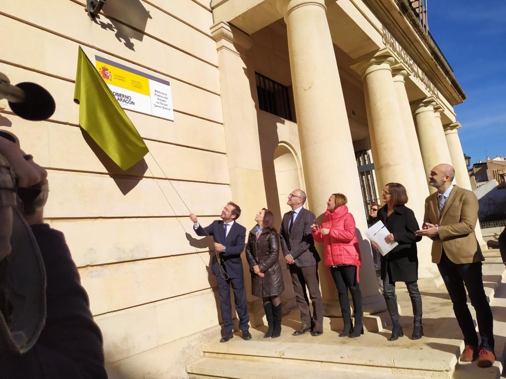 Javier Sierra descubre la placa con su nombre en la biblioteca pública de Teruel.
