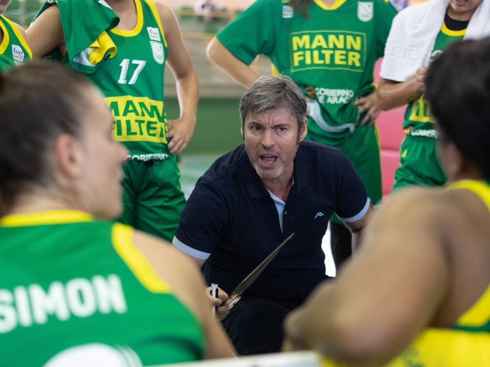 El técnico Fabián Téllez dando indicaciones a sus jugadoras durante un partido.