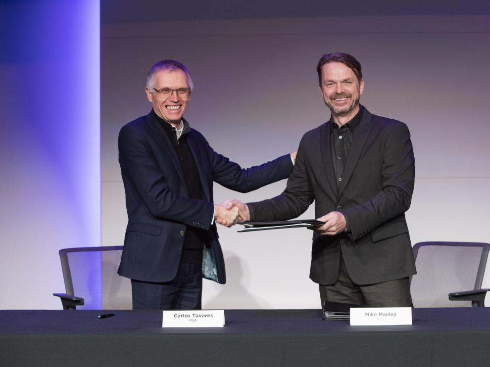 -- (--), 18/12/2019.- A handout photo made available by FCA and PSA car makers on 18 December 2019, showing French carmaker PSA Chairman and CEO Carlos Tavares (L) and FCA CEO Mike Manley (R) shaking hands after the signing of a merger deal at a undisclosed location, 18 December 2019. The two companies said in a statement that the combined company will be the 4th largest global automobile manufacturer by volume and 3rd largest by revenue with annual sales of 8.7 million units and combined revenues of nearly 170 billion euro. (Francia, Italia) EFE/EPA/FCA / PSA HANDOUT HANDOUT EDITORIAL USE ONLY/NO SALES FCA and PSA car makers merge
