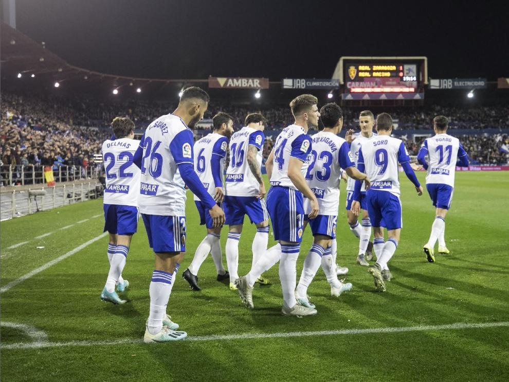 Los futbolistas del Real Zaragoza, en el último partido de 2019 en La Romareda, celebran el primer gol en el 2-0 ante el Racing.