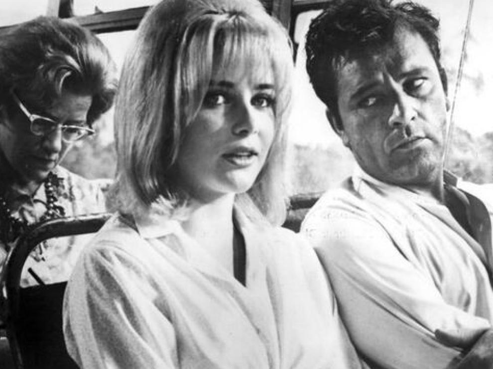 """La actriz Sue Lyon y el actor Richard Burton en una escena de la película """"La noche de la iguana""""."""