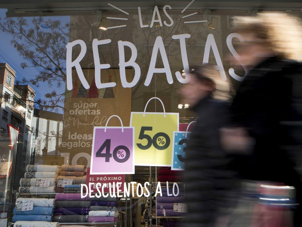 Los escaparates de muchos comercios de la capital aragonesa ya anuncian descuentos.