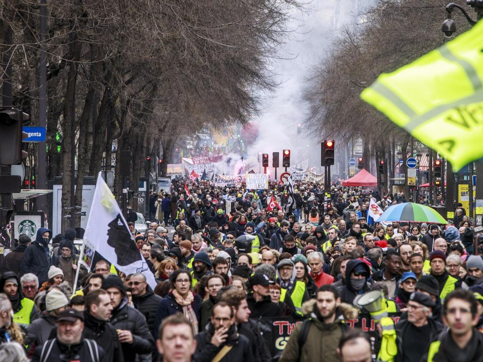 Paris (France), 28/12/2019.- Protesters and 'Gilets Jaunes' (Yellow Vests) lead by French Unions participate in a demonstration against pension reforms in Paris, France, 28 December 2019. Unions representing railway and transport workers and many others in the public sector have called for a 24th days consecutive general strike and demonstration to protest against French government's reform of the pension system. (Protestas, Francia) EFE/EPA/CHRISTOPHE PETIT TESSON National strike in France