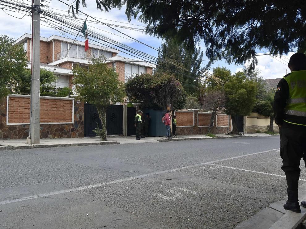 Vista de la Embajada mexicana con presencia policial, en La Paz (Bolivia).