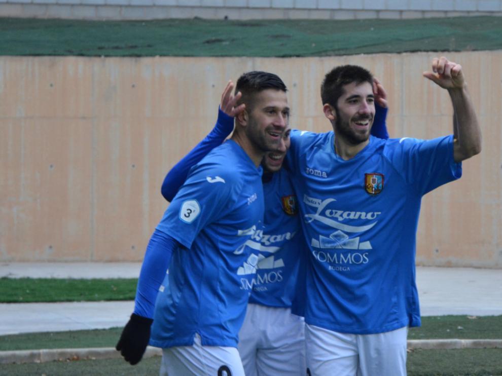 César, protagonista del partido, celebra un gol junto a sus compañeros.