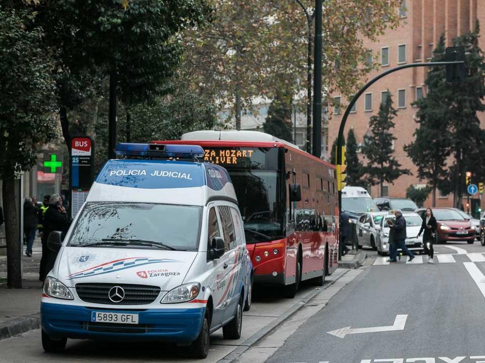 El autobús implicado en el atropello, cerca de la zona del accidente, entre dos coches de la Policía Local de Zaragoza.