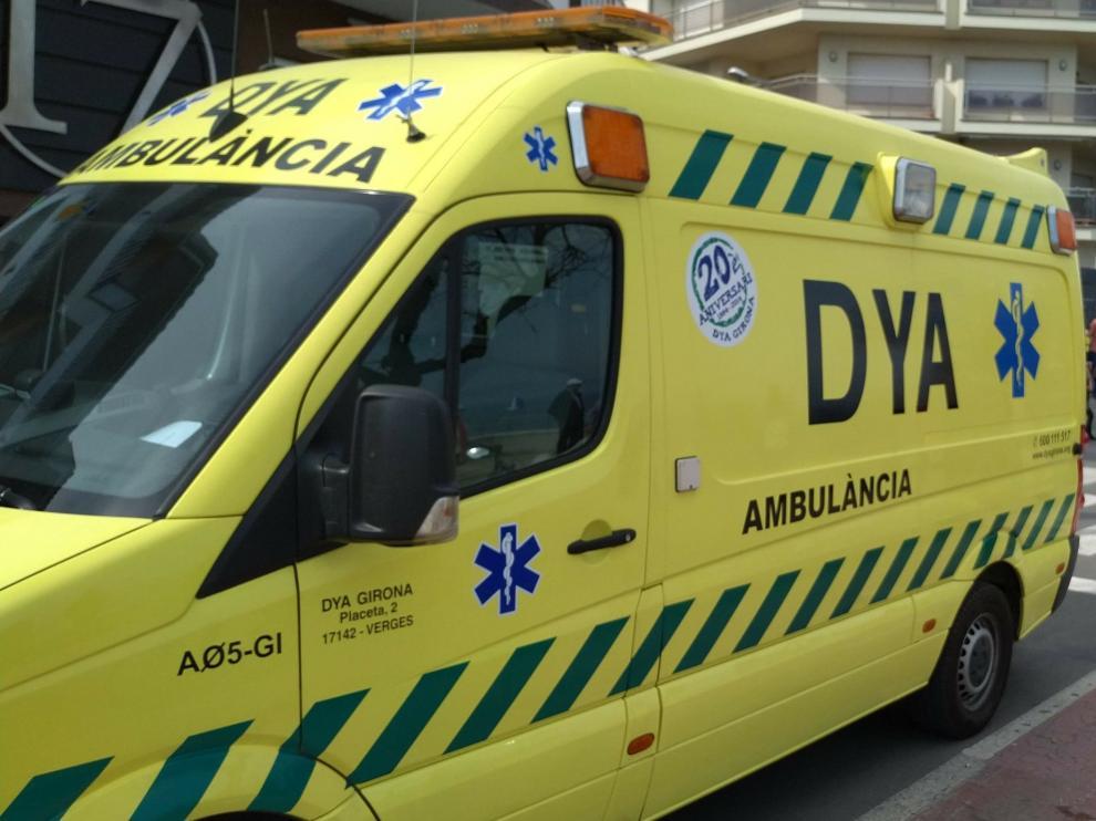 Foto de archivo de una ambulancia de Emergencias en Gerona