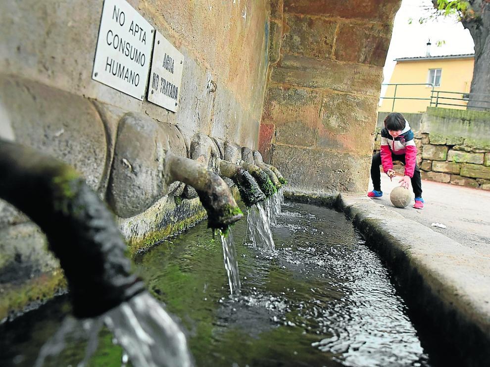 Fuente en la entrada de Siétamo, donde llega agua que no es apta para el consumo humano.