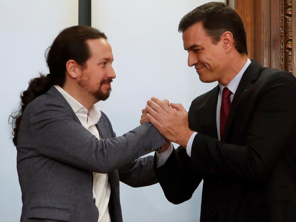 Iglesias y Sánchez tras la firma del acuerdo