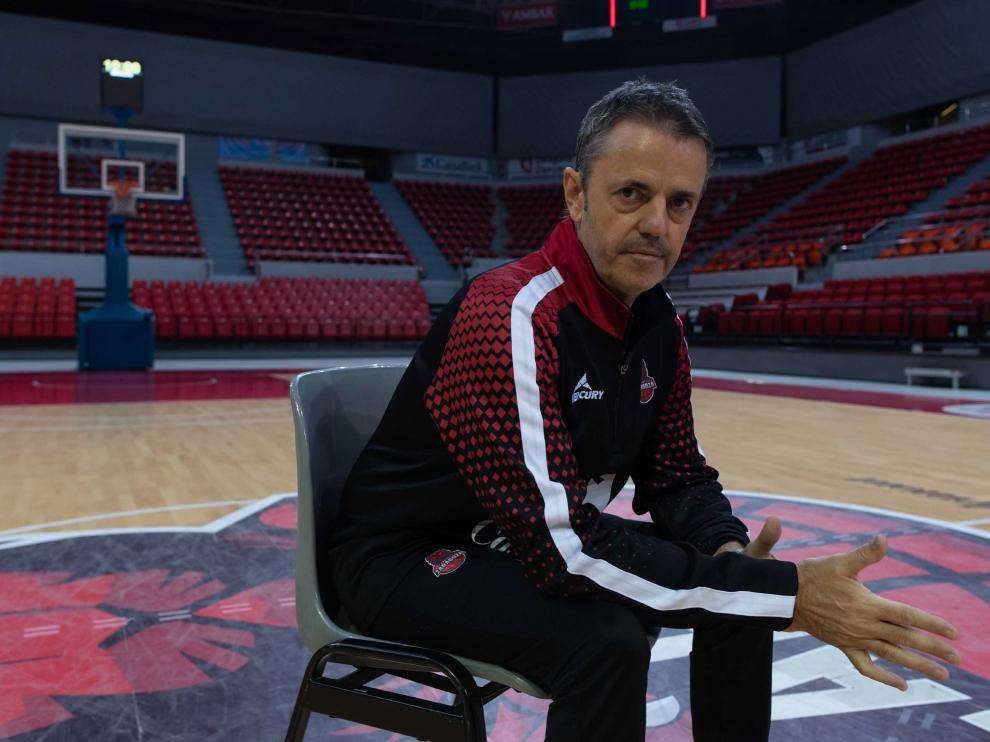 El entrenador del Casademont Zaragoza, Porfirio Fisac, en la pista central del pabellón Príncipe Felipe.
