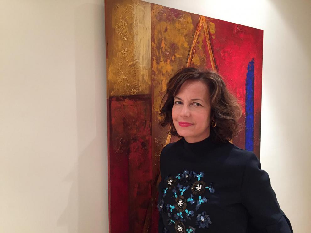 Rosa Blasco, en su casa, ante un cuadro de Edilio Mosteo.