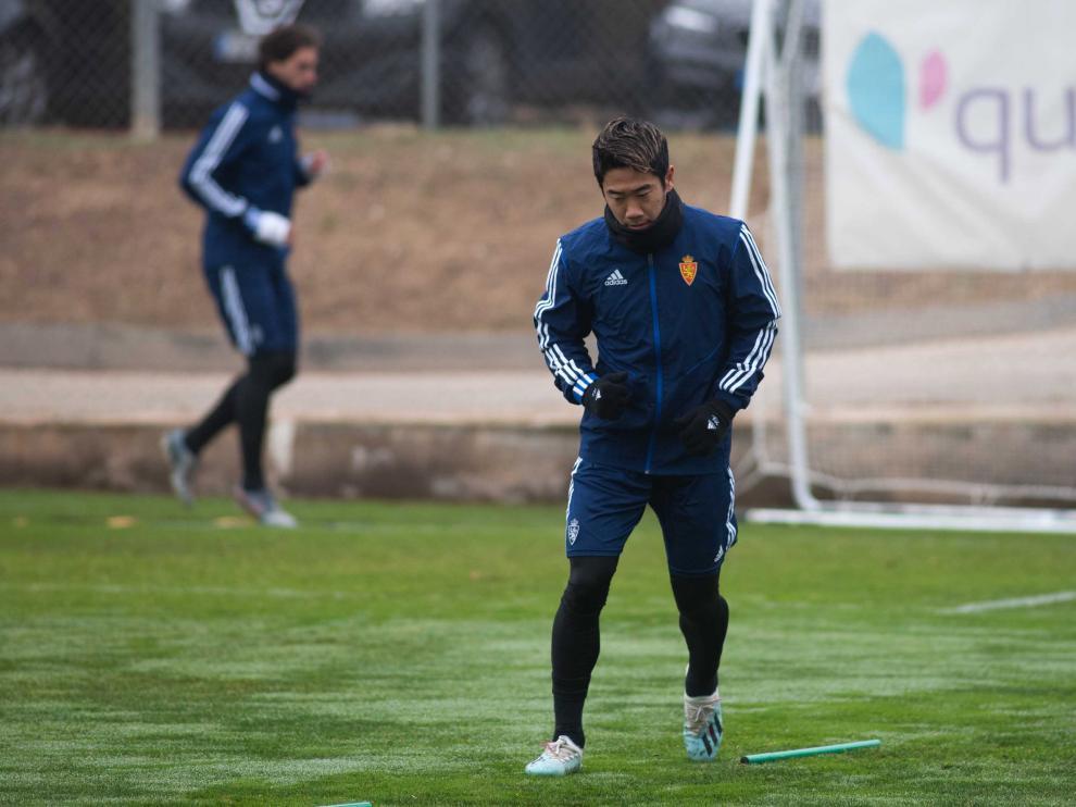 Shinji Kagawa e Íñigo Eguaras, al fondo, se ejercitan en la Ciudad Deportiva.