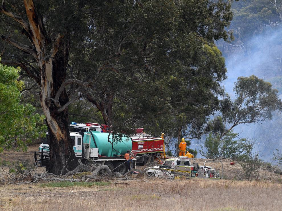 Melbourne (Australia), 30/12/2019.- Country Fire Authority firefighters attend a grass fire at Yellow Gum Recreation Park in Melbourne, Australia, 30 December 2019. Severe weather conditions has put Victoria on high alert for bushfires on a day of total fire ban. (Incendio) EFE/EPA/JULIAN SMITH AUSTRALIA AND NEW ZEALAND OUT EDITORIAL USE ONLY Bushfire high alert in Melbourne