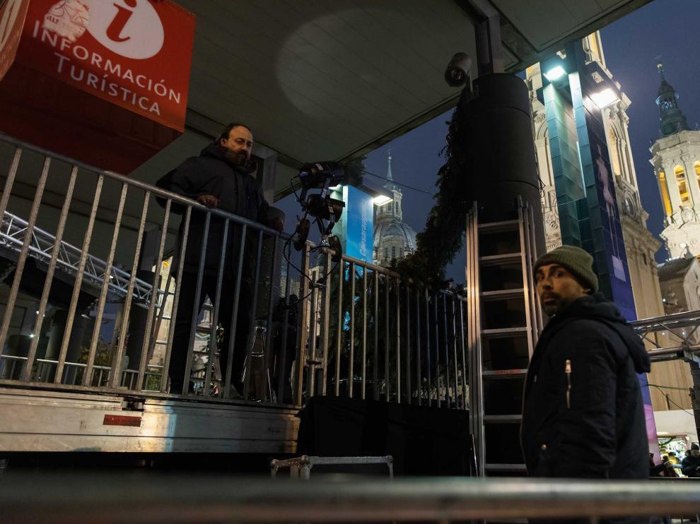 Varios operarios ultiman los preparativos para Nochevieja en la Plaza del Pilar de Zaragoza.