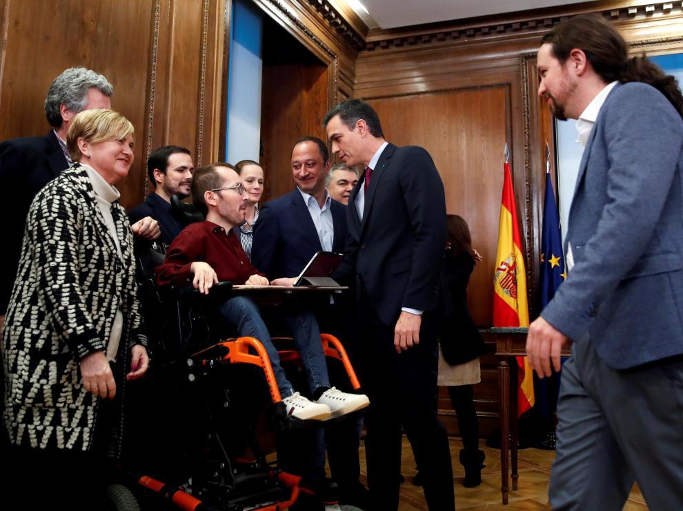 El candidato a la investidura, Pedro Sánchez (c), y el líder de Podemos, Pablo Iglesias (d), conversan con Pablo Echenique (4ºi), Alberto Garzón (3ºi) y Alfonso Rodríguez Gómez de Celis (6i), y el resto de miembros de los equipos negociadores