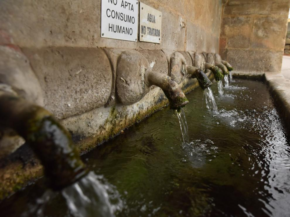Fuente en la entrada de Siétamo que mana agua no apta para el consumo humano.