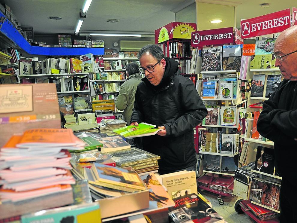 Serret, cambiando libros de sitio ayer en su establecimiento de Valderrobres.