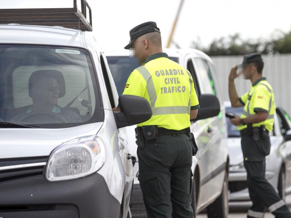 Imagen de archivo de varios agentes de Tráfico en un control.