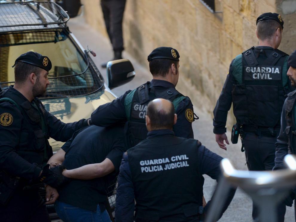 Igor el Ruso, custodiado por varios guardias civiles tras declarar en el juzgado de Alcañiz.