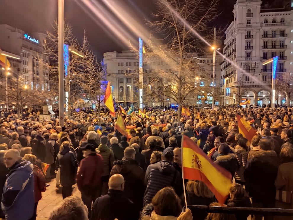 Concentración celebrada este sábado en la plaza de España de Zaragoza para pedir la dimisión de Pedro Sánchez.