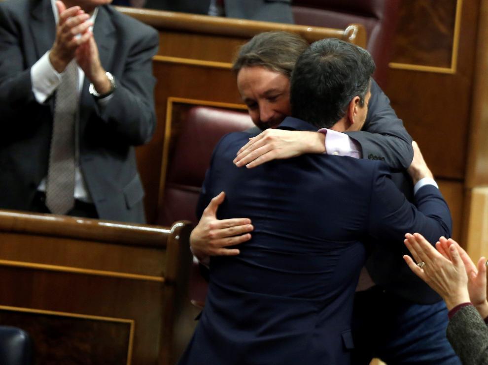 Pablo Iglesias saluda a Pedro Sánchez tras su intervención este sábado en el Congreso