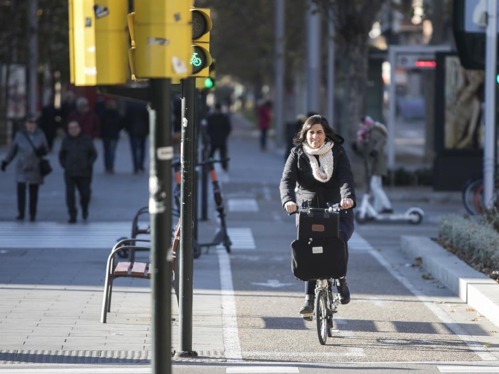 Una ciclista, este domingo, en la confluencia del carril bici de Goya y Gran Vía.