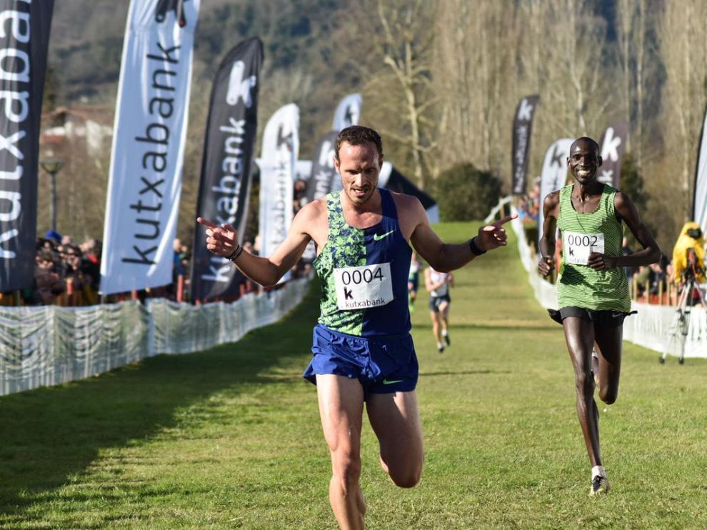 Entrada en meta del olímpico zaragozano Toni Abadía, segundo en el Cross Internacional de Zornotza