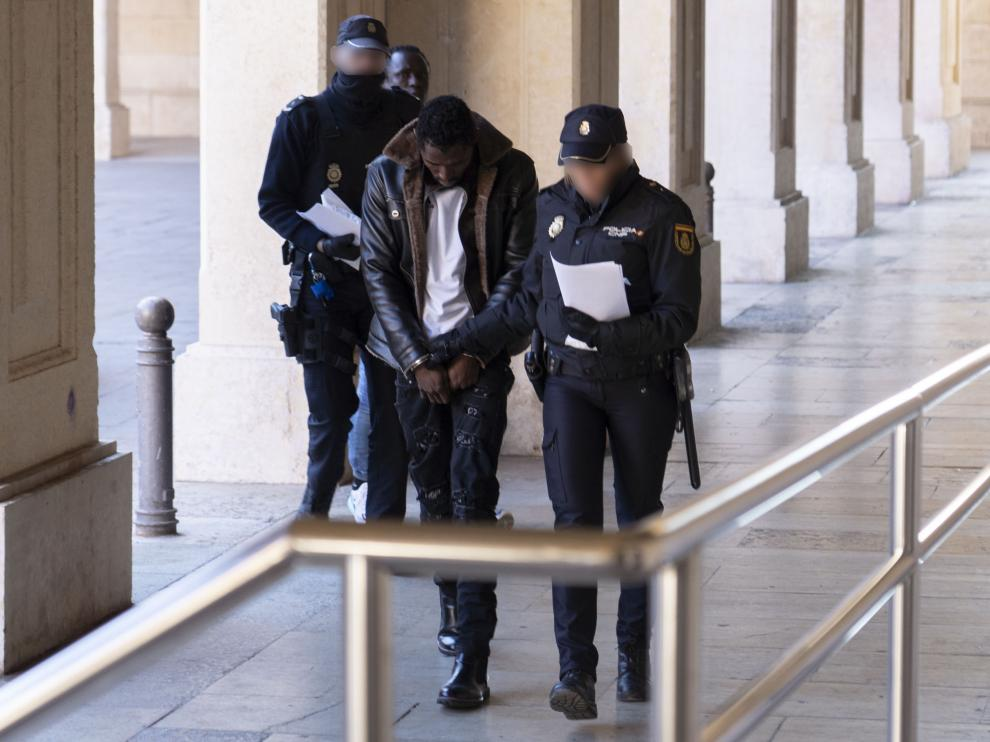 Uno de los detenidos a su entrada a los juzgados de Teruel
