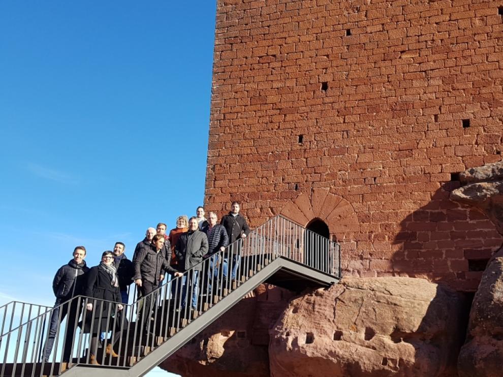 El alcalde, Manuel Bujeda, y el consejero José Luis Soro, con otros responsables institucionales, en una reciente visita al castillo Peracense.