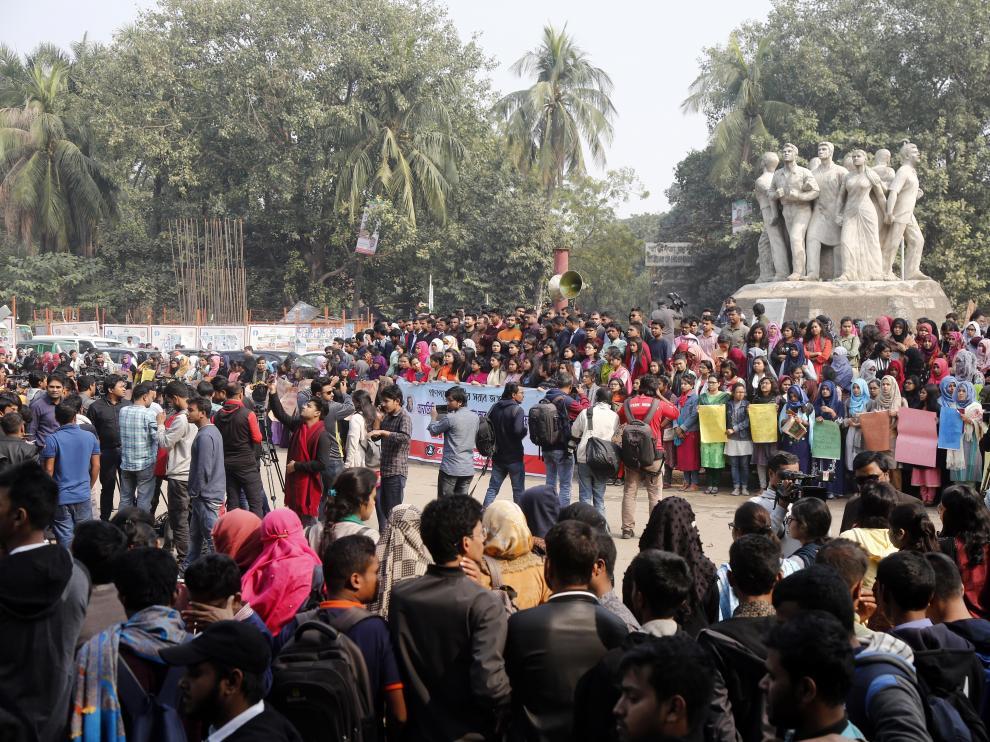 Los estudiantes universitarios de Bangladesh han protestado por la presunta violación de una compañera.