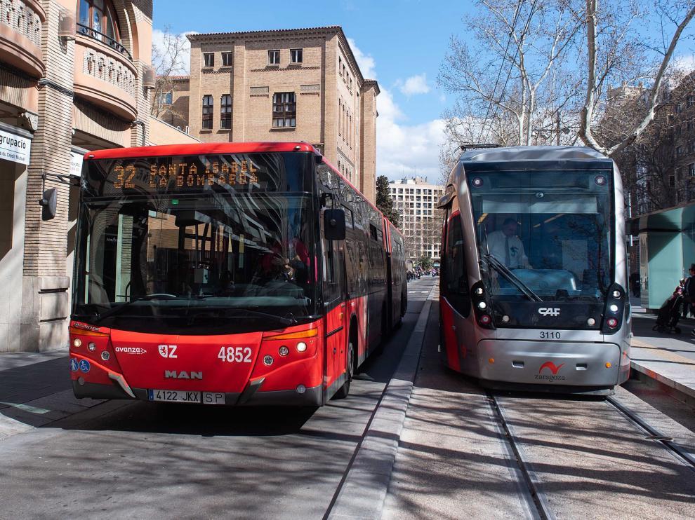 Un autobús y un tranvía en el paseo de la Gran Vía de Zaragoza.