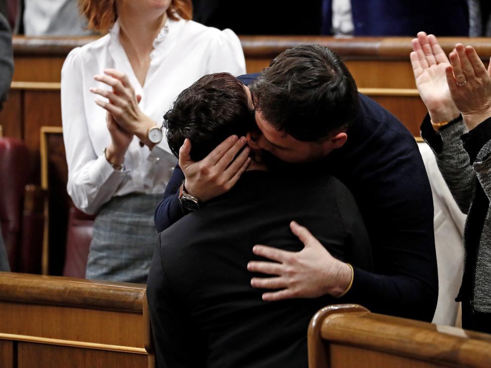 El diputado de ERC Gabriel Rufián abraza emocionado a Montserrat Bassa tras la intervención de esta este martes en el Congreso