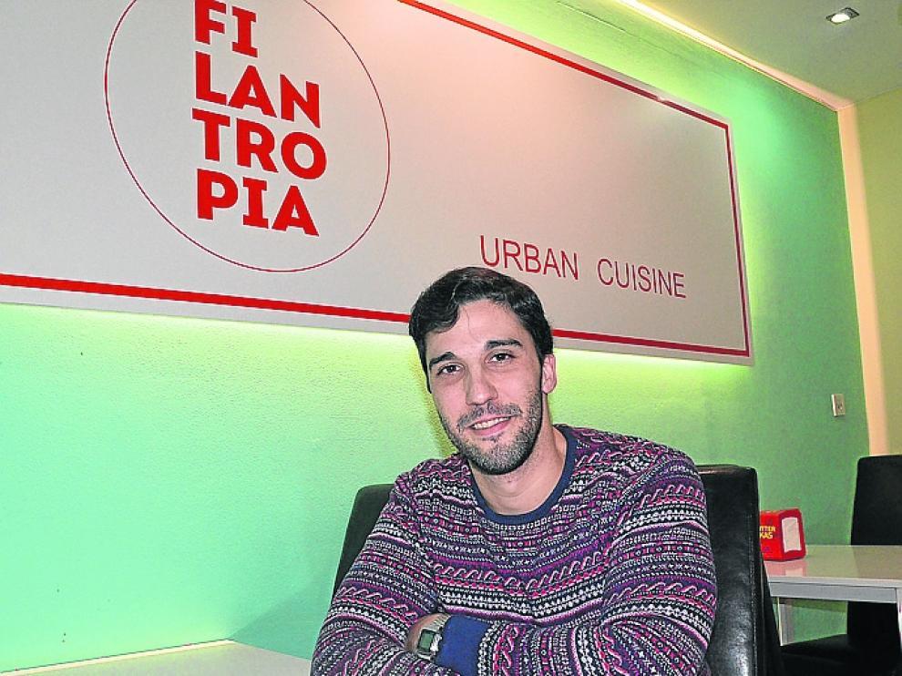 Lorenzo Palos, con una de las hamburguesas de la carta.