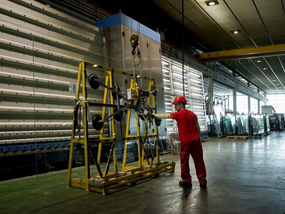Uno de los operarios trabajando en las instalaciones de Ariño Duglass en La Puebla de Alfindén.
