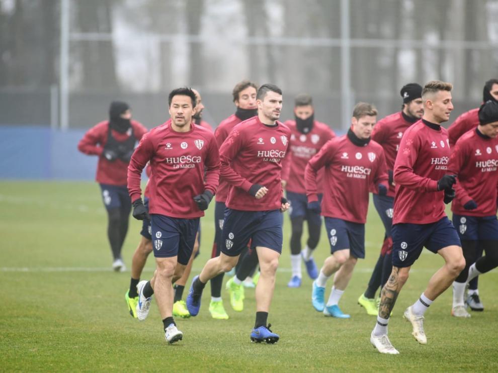 Okazaki, con sus compañeros durante el entrenamiento de este martes.