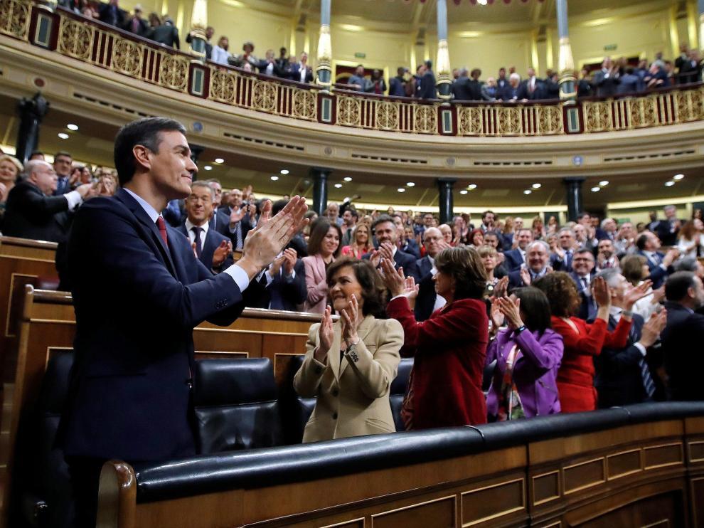 Sánchez aclamado por la bancada socialista y de Podemos.